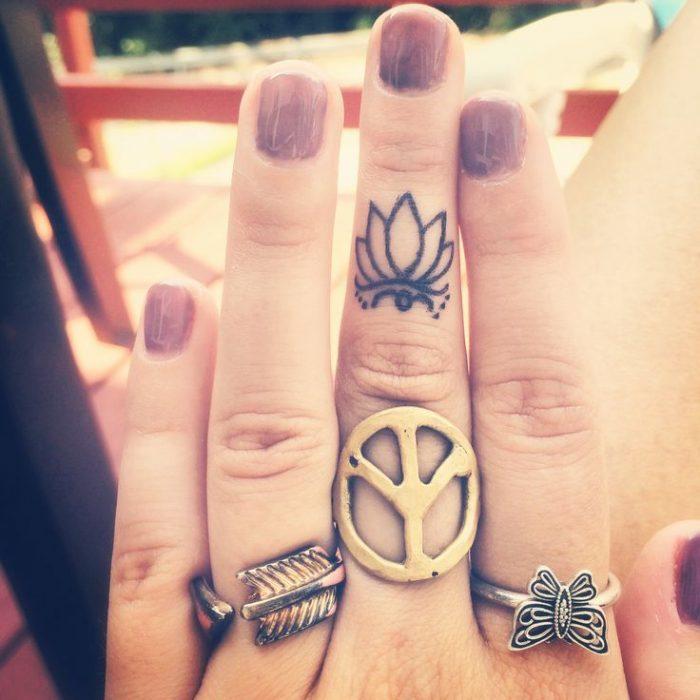 tatuaje en el dedo de flor de loto