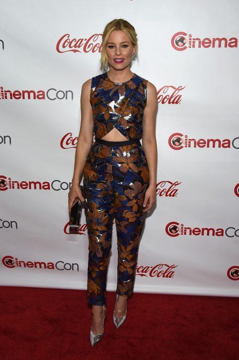 Chica usando un top y un pantalón con estampado igual en color cobre, azul y plateado