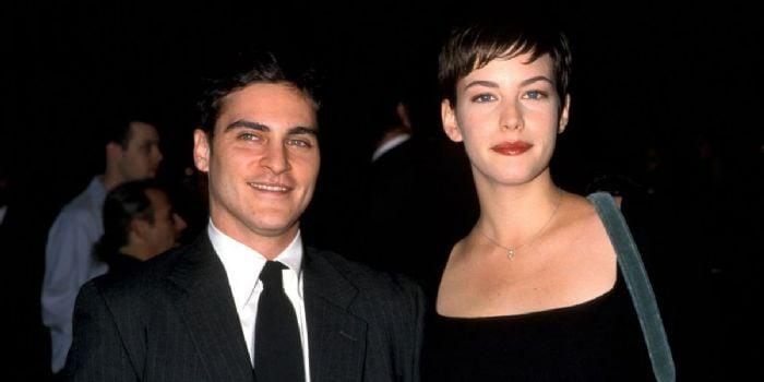 hombre con saco y mujer blanca