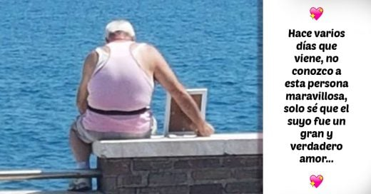 Desde hace años este hombre lleva una imagen de su esposa al mar