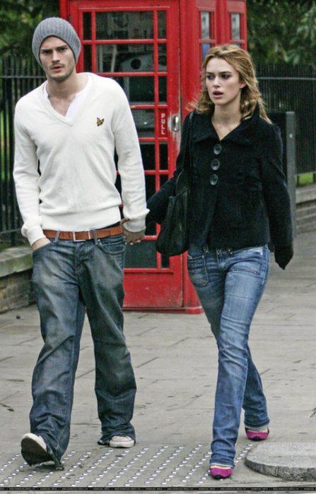 hombre con suéter blanco y mujer rubia delgada