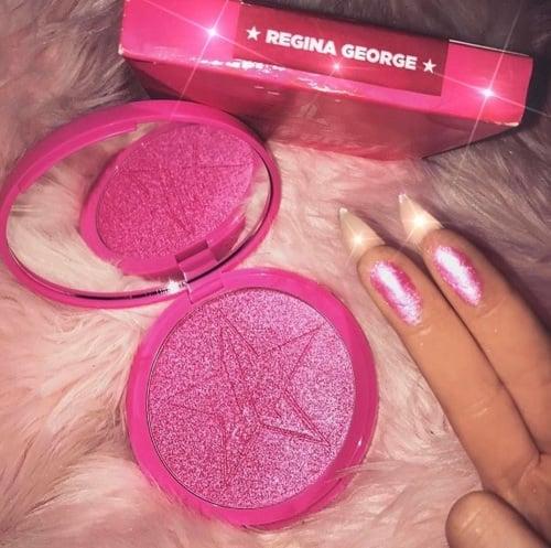 iluminador/sombra color rosa brillante y dedos de mujer