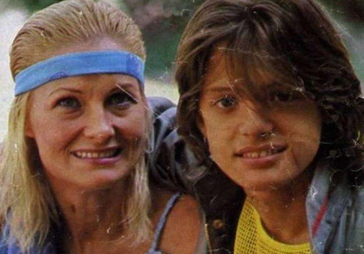 mujer rubia junto a chico sonriendo