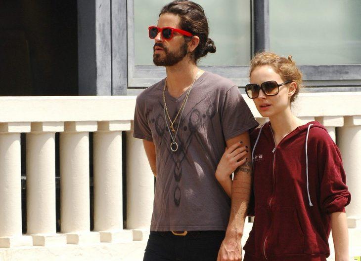 hombre con cabello largo y lentes mujer rubia con lentes