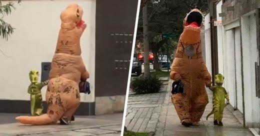 Padre camina junto a su hijo... ¡disfrazados de dinosaurios!