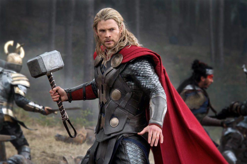 Thor en medio un bosque peleando