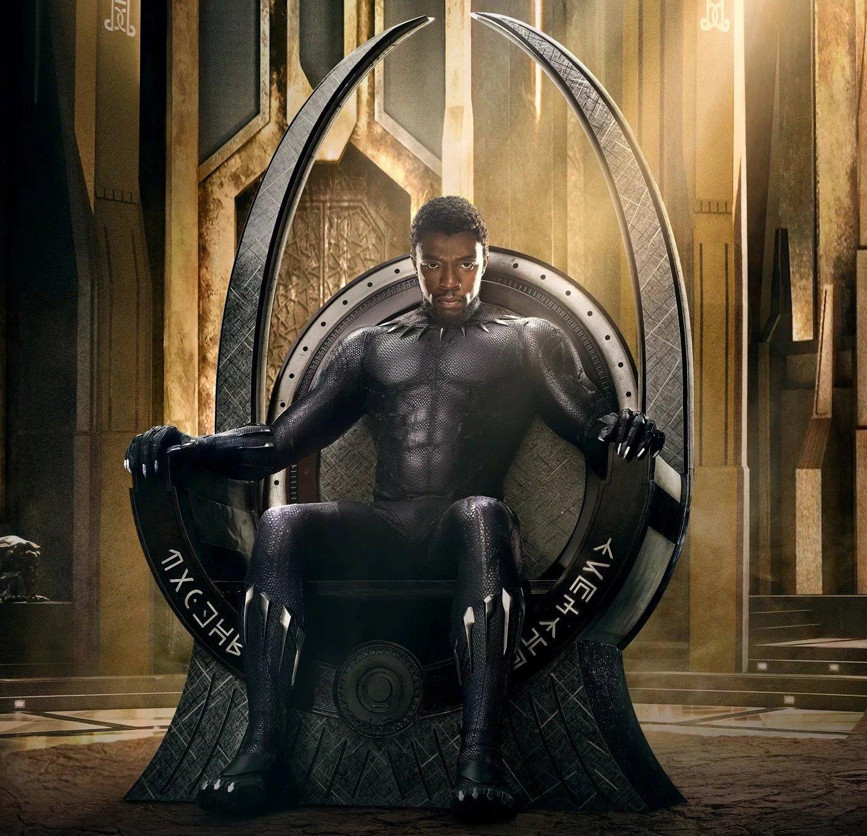 Chadwick Boseman pelicula balck panter sentado en una silla