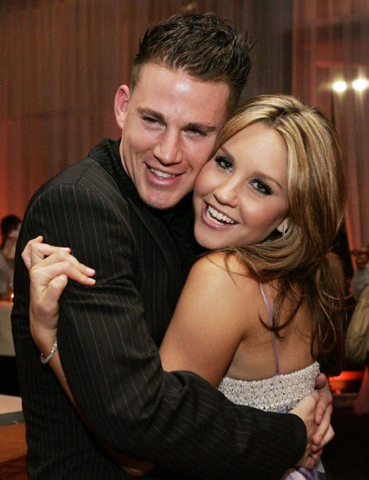 hombre con cabello café y mujer rubia abrazándose
