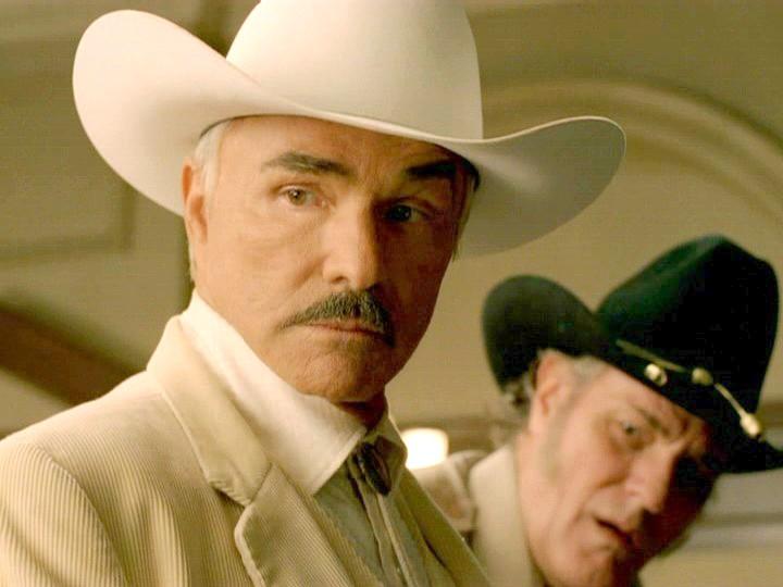 hombre con sombrero blanco