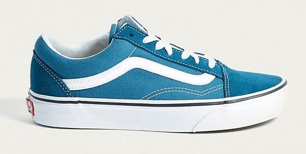 tenis azules con rayas blancas y agujetas