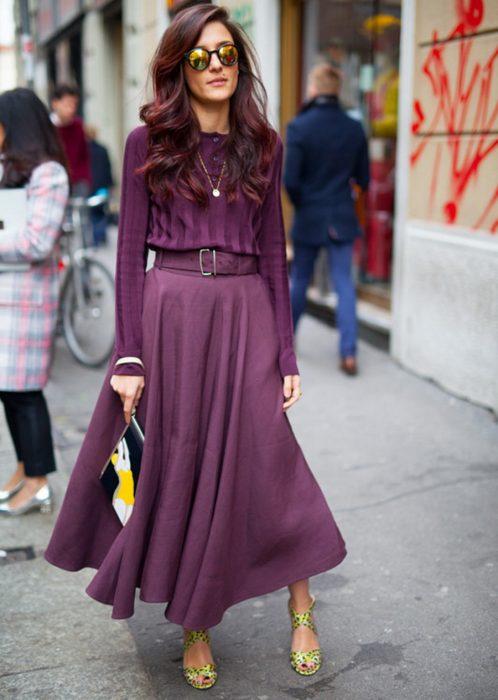 mujer con cabello castaño y vestido morado