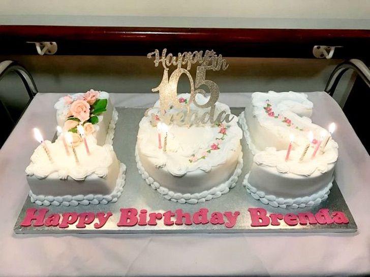pastel blanco con 105 años