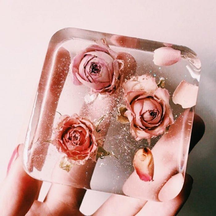 cubo de hielo con rosas