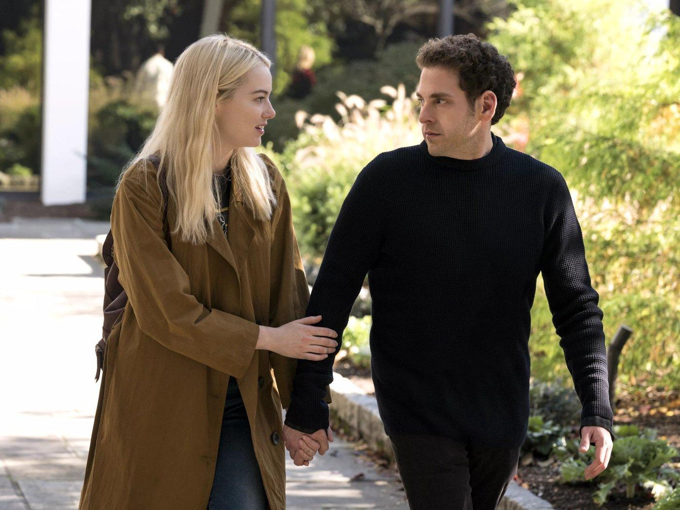 Jonh Hill y Emma Stone caminando por la calle
