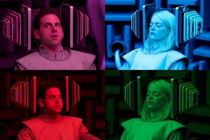 Jonh Hill y Emma Stone sentados en un cuarto de colores