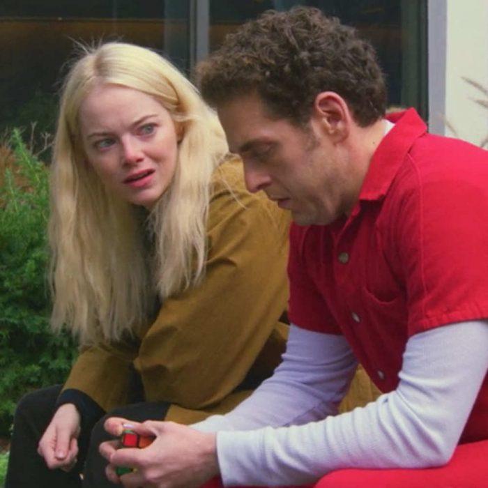 Jonh Hill y Emma Stone sentados en la banca de un parque
