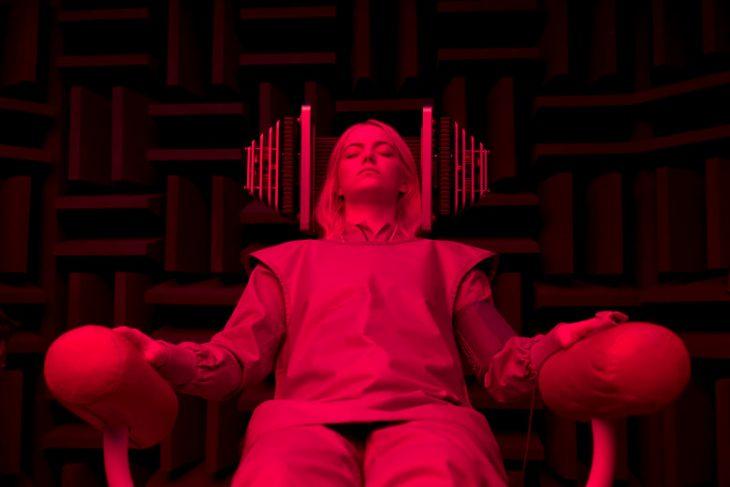 Emma stone recostada en un sillón