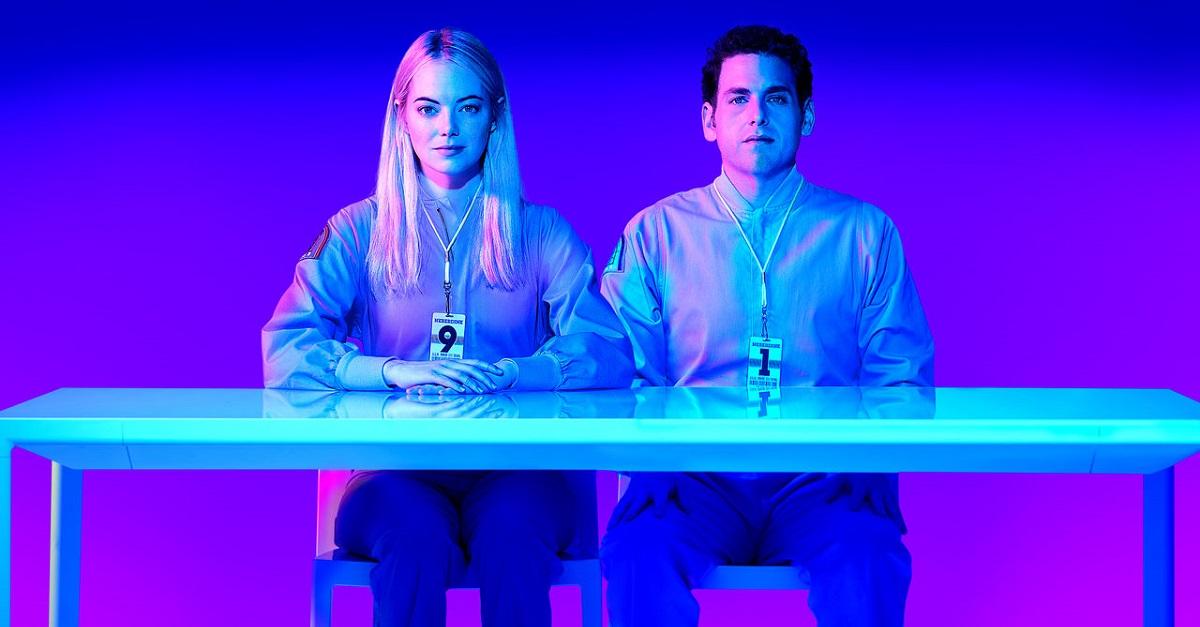 Jonh Hill y Emma Stone en la serie de Netflix Maniac sentados en una mesa