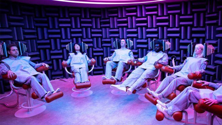 Personajes de la serie Maniac en una sala recostados en sillones