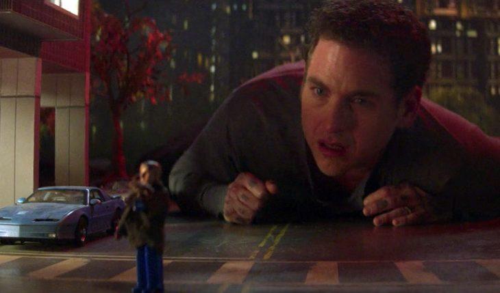 Jonah Hill viendo como una persona es pequeña en la serie Maniac