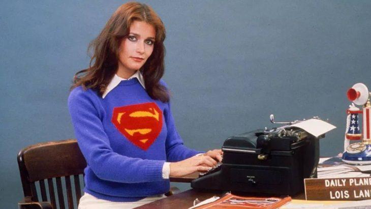 mujer con sueter azul y maquina de escribir