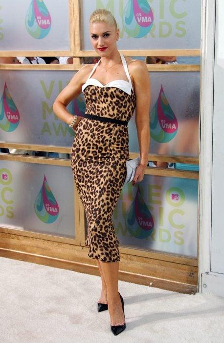 mujer con vestido de leopardo