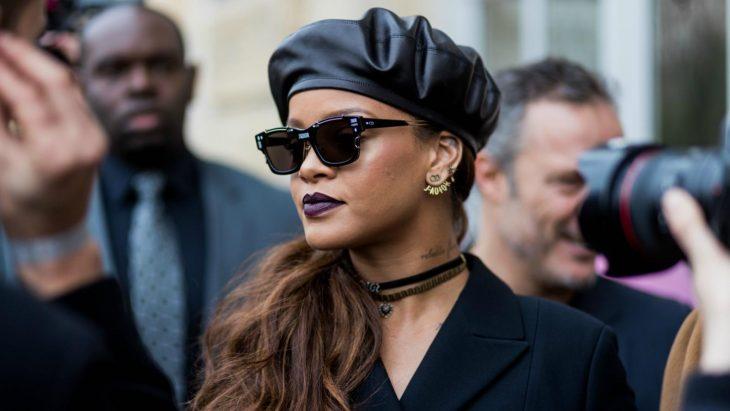 mujer con lentes y boina de piel