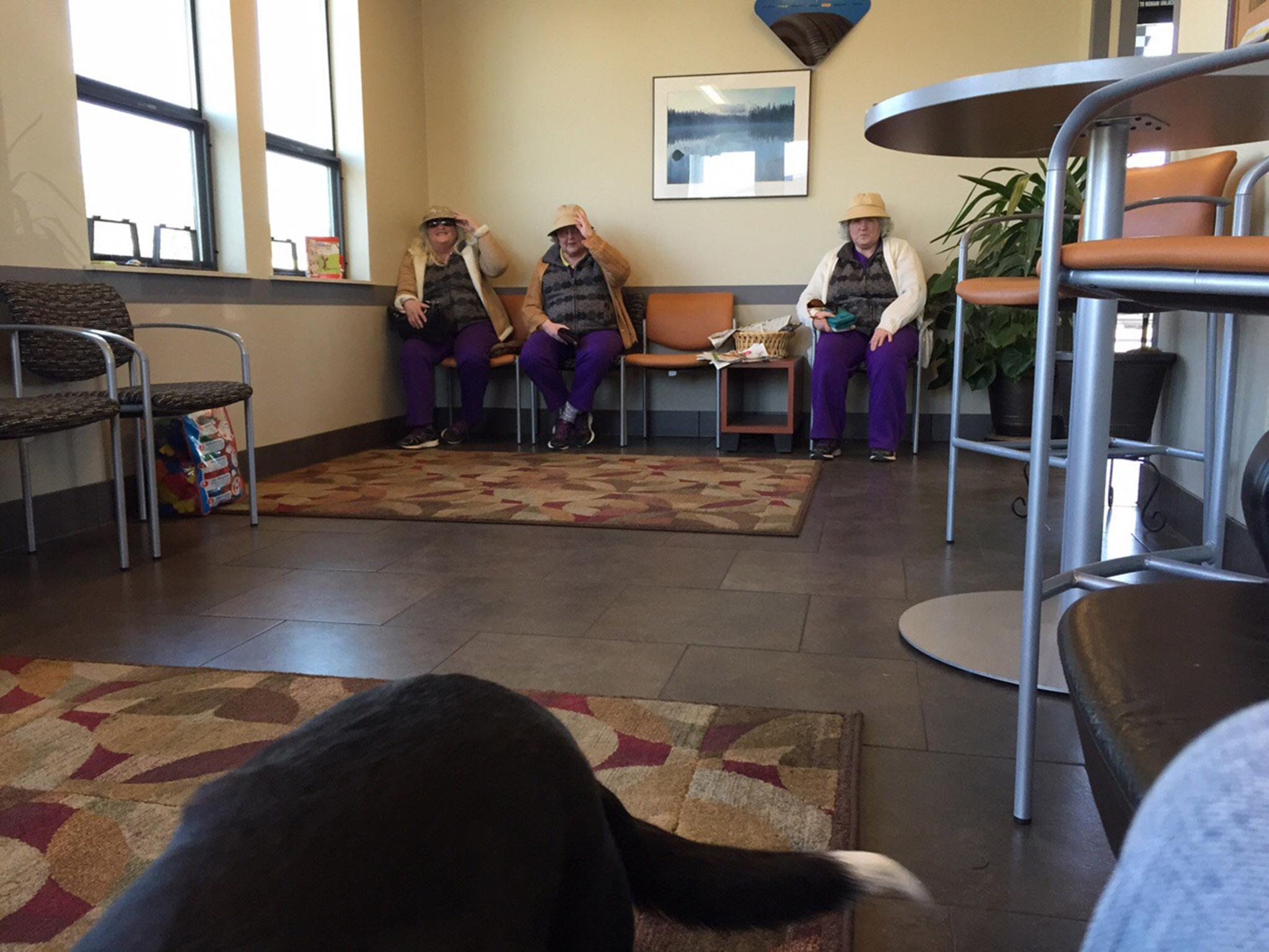 3 mujeres mayores vestidas exactamente igual