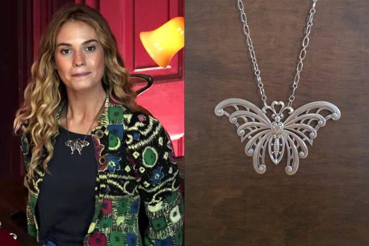 mujer rubia con collar de mariposa donna