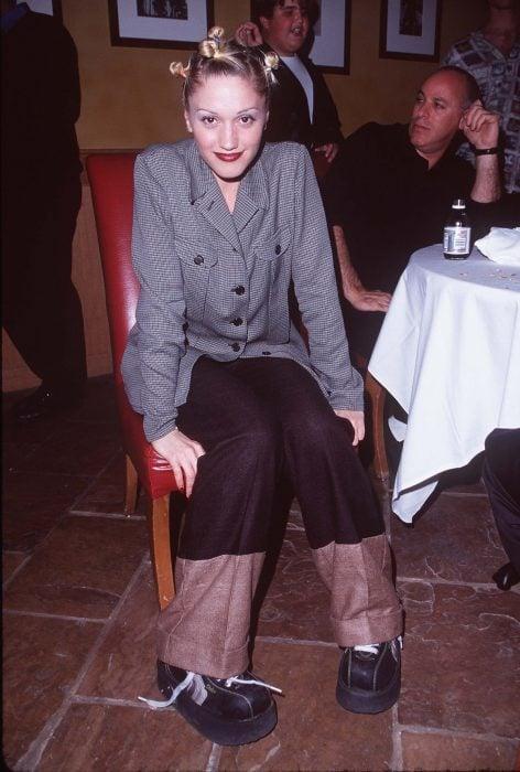 mujer con saco de vestir y chonguitos