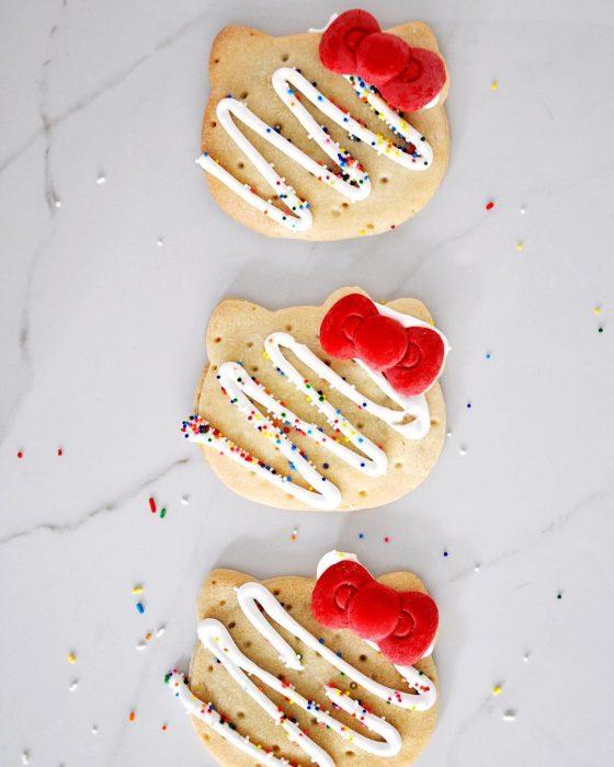 tres galletas con merengue y chispas de colores
