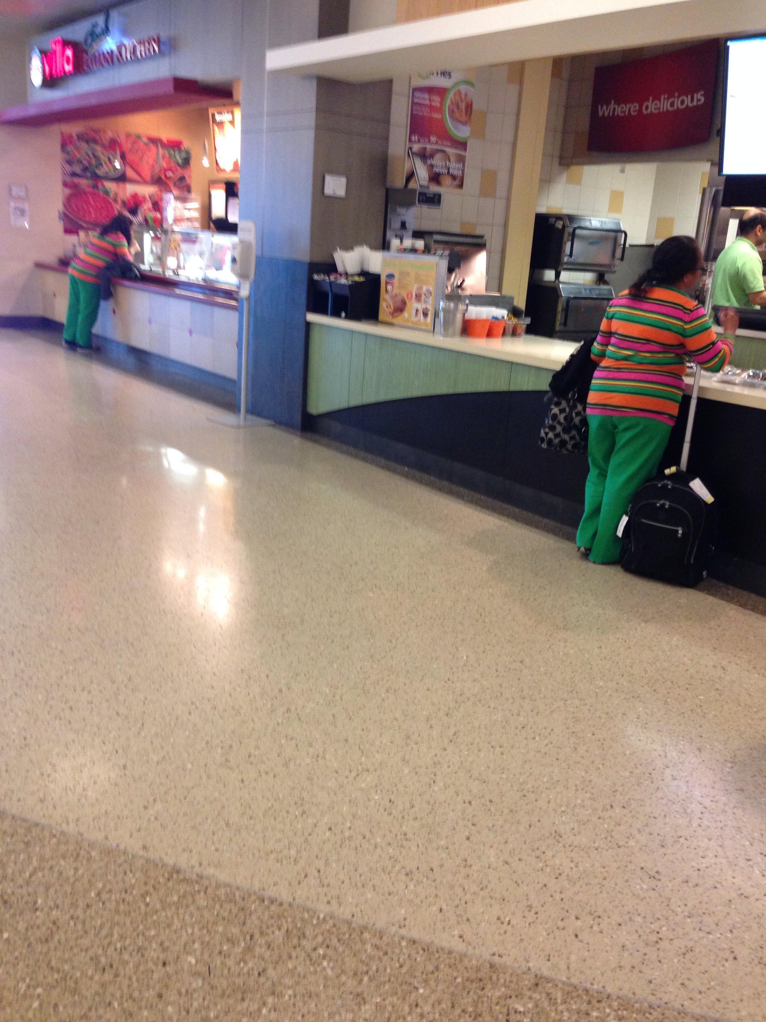 2 desconocidas con el mismo suéter de rayas