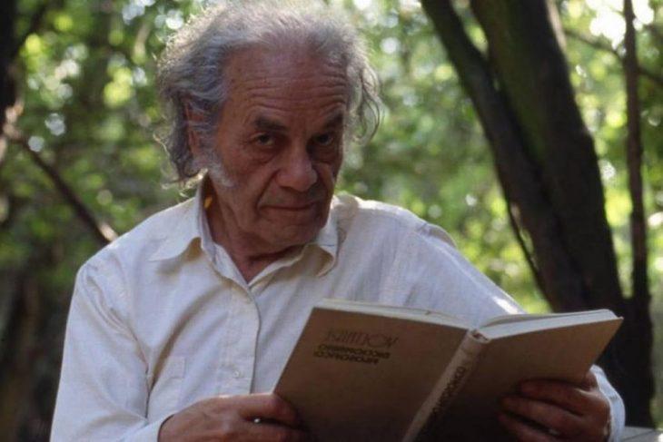 hombre con cabello gris y libro