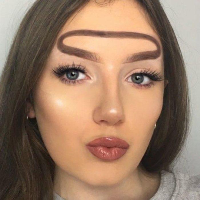 Mujer con cejas de halo
