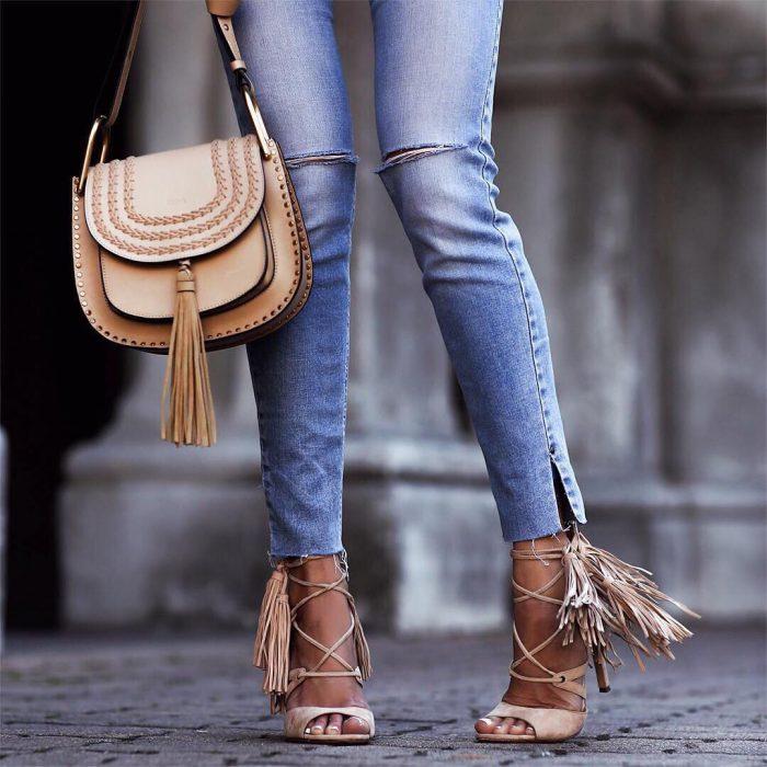 mujer con zapatos de flecos