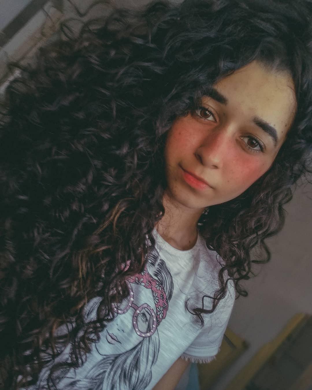 Chica con cabello largo y chino