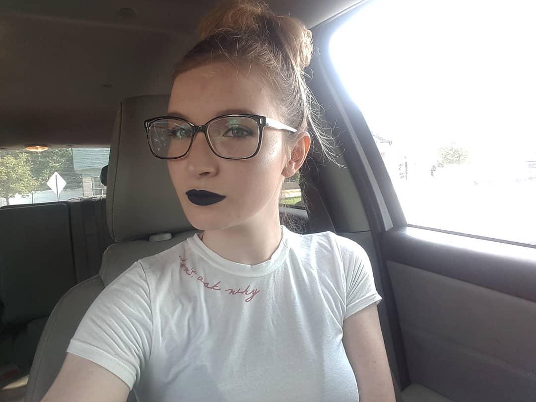 Chica con lentes y labial negro