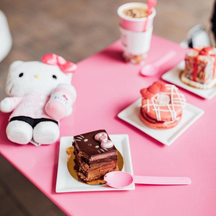 mesa rosa con pasteles y galletas