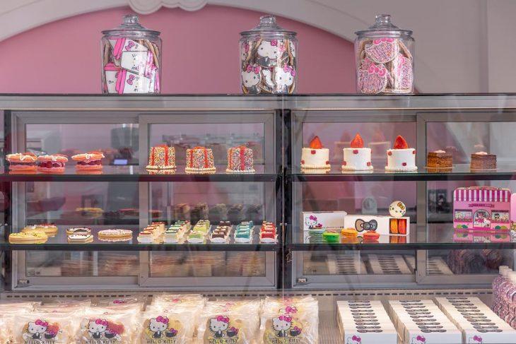 barra de comida y refrigerador y pasteles