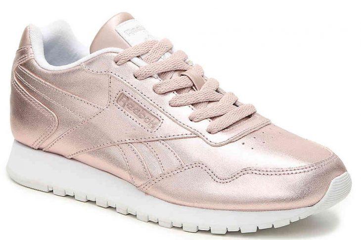 tenis color rosa metálico con agujetas