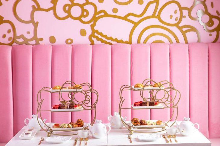 pared rosa con pintura dorada y comida