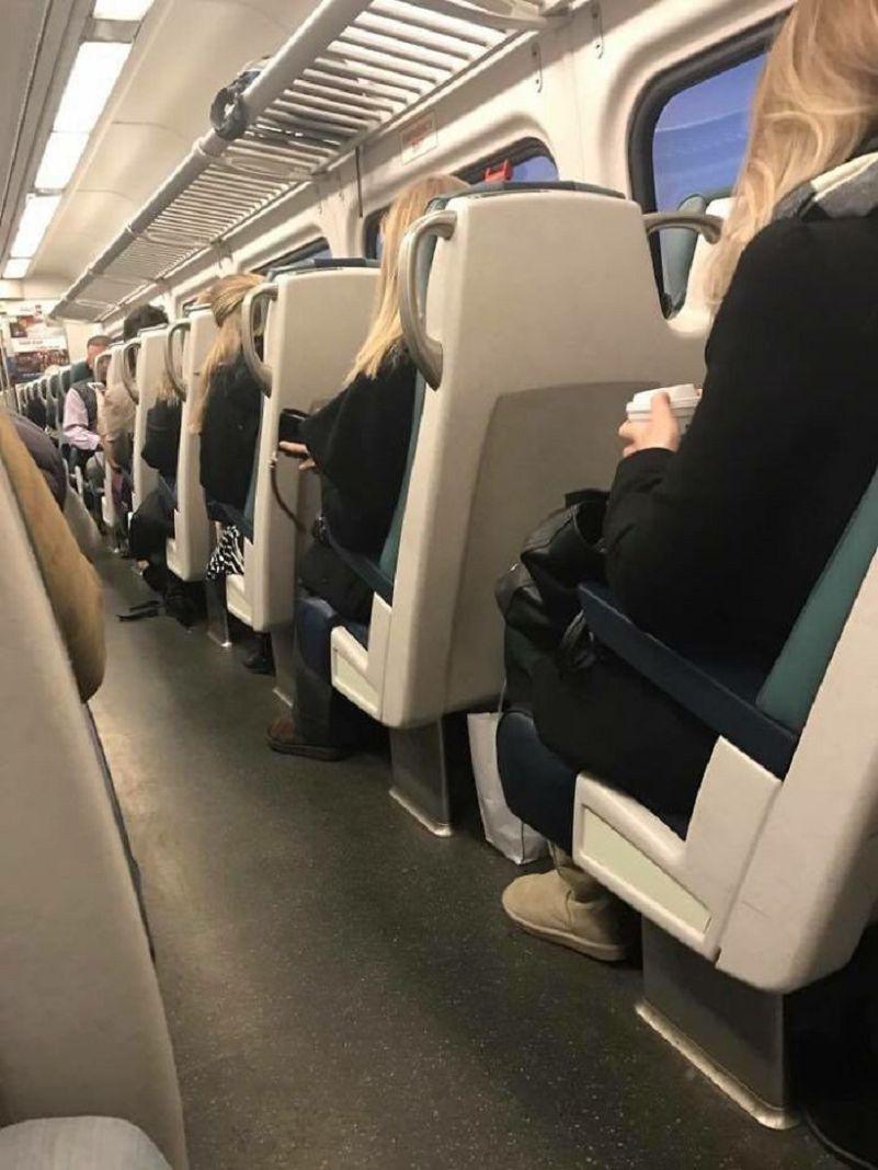4 mujeres desconocidas en el transporte público vestidas igual