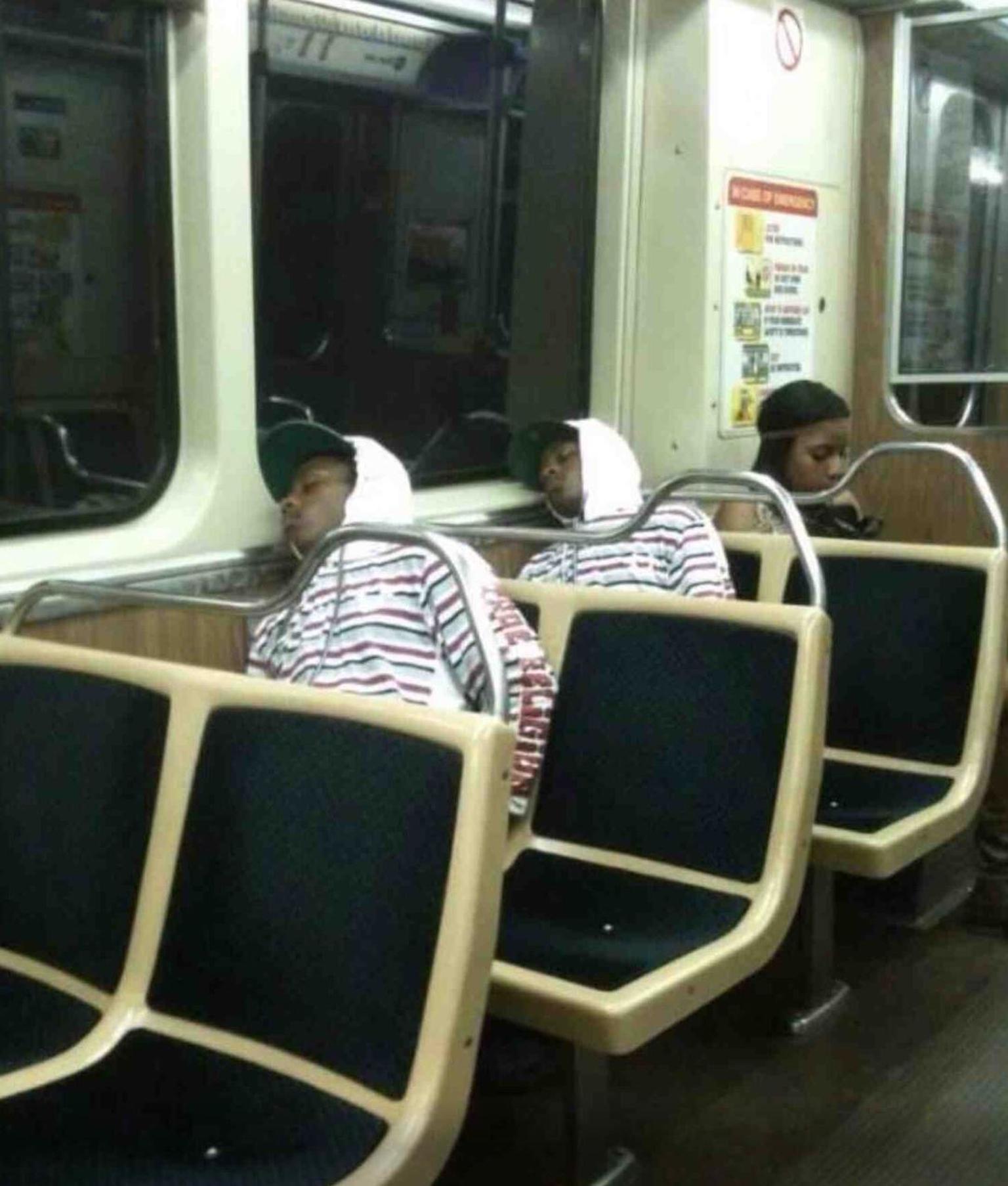 2 hombres lucen exactamente igual en el transporte público