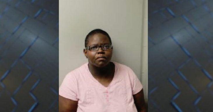mujer afroamericana con lentes y blusa rosa