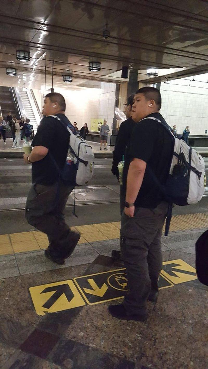 2 hombres desconocidos se ven y visten igual