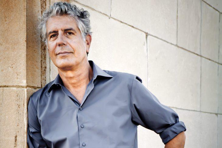 hombre con camisa azul y cabello gris