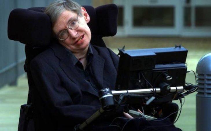 hombre con lentes en silla de ruedas