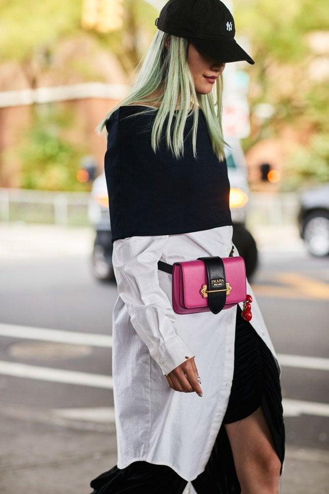 Chica usando una riñonera de color rosa