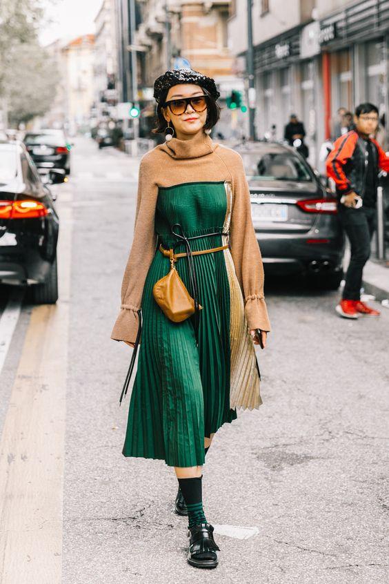 Chica usando una bolsa riñonera de color café