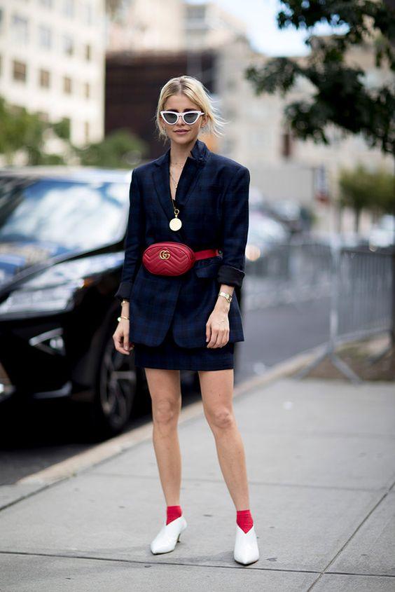 Chica usando una riñonera de color rojo